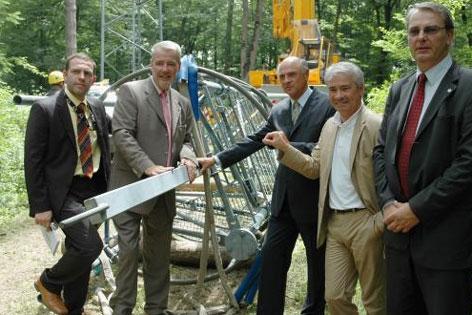 Der erste Handymast wird abgebaut, im Jahr 2006.