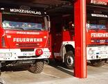 Zwei Feuerwehrwagen in der Fahrzeughalle