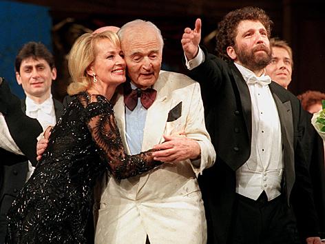Dagmar Koller und Marcel Prawy nach der 100 Jährigen Jubiläumsfeier Samstag abend in der  Wiener Volksoper.