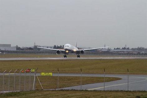 eine Boing 777 landet am Salzburger Airport