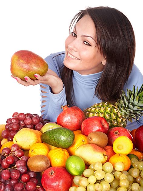 Frau hält Mango in der Hand