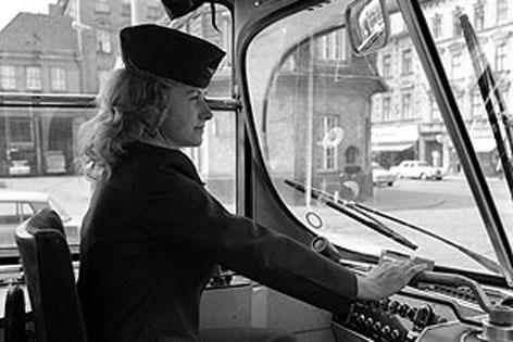 Eine der ersten Straßenbahnfahrerinnen in Wien