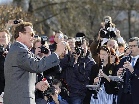 Schwarzenegger dirigiert die Güssinger Stadtkapelle