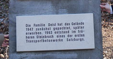 gedenktafel für kz-opfer in hallein betonwerk deisl