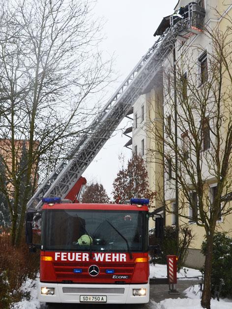 Feuerwehr befreit Mutter von Balkon