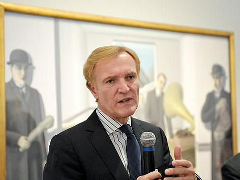 """Albertina-Direktor Klaus Albrecht Schröder vor der Eröffnugn der Ausstellung """"Rene Magritte - Das Lustprinzip"""" im November 2011"""