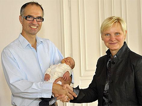 Stadträtin Sandra Frauenberger mit Andreas Fitzthum, der als einer der ersten den Papamonat der Stadt Wien nutzte