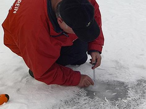 Prüfen der Eisstärke am Silbersee