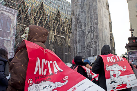 Anti-ACTA-Demonstranten vor dem Stephansdom in Wien