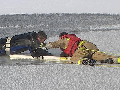 Selbstversuch am Eis, Peter Matha, Rettung mit der Leiter