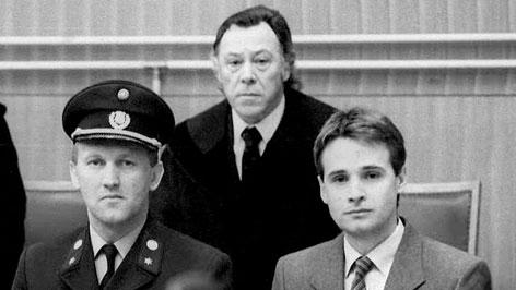 Tibor Foco mit Justizbeamten und Anwalt Dr. Alois Heigl