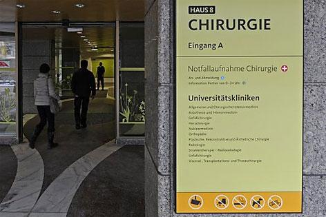 """Schild """"Chirurgie"""" an der Klinik Innsbruck"""