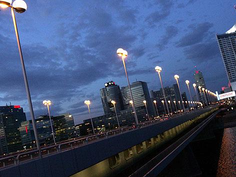 Straßenbeleuchtung durch Lampen auf der Wiener Reichsbrücke