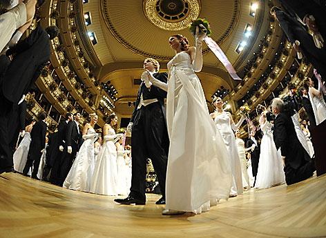 Debütanten und Debütantinnen des Jungdamen und Jungherrenkomitees während der Eröffnung des Opernballs 2012