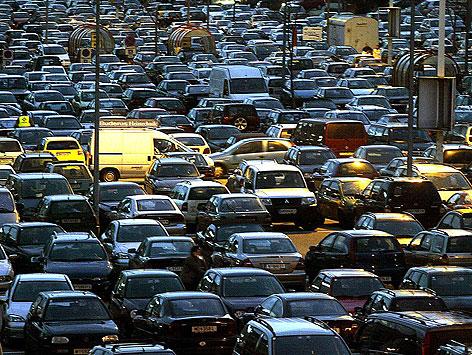 Autos auf einem Parkplatz vor einem Einkaufszentrum
