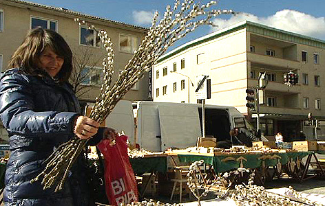 Frau kauft Palmkatzerl