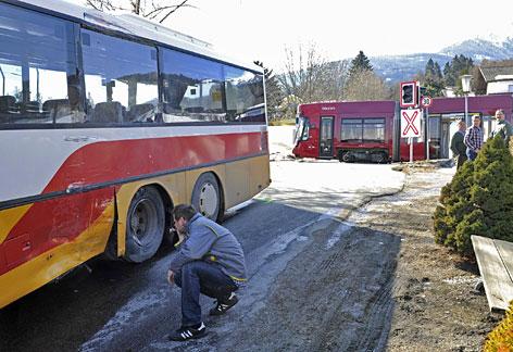 Beschädigter Bus und Straßenbahn nach Zusammenstoß