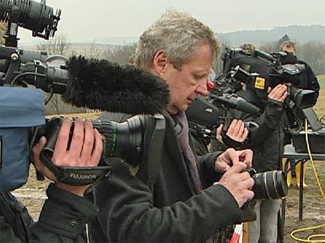 Loch im Feld Medien