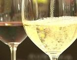 Rot- und Weißwein im Glas
