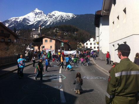 Kinder und Erwachsene bevölkern die Mieminger Straße.