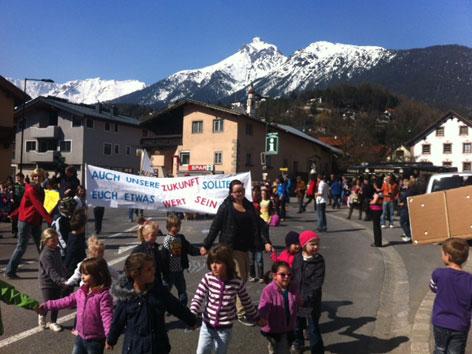 Kinder mit Erwachsenen auf der Straße mit Transparenten
