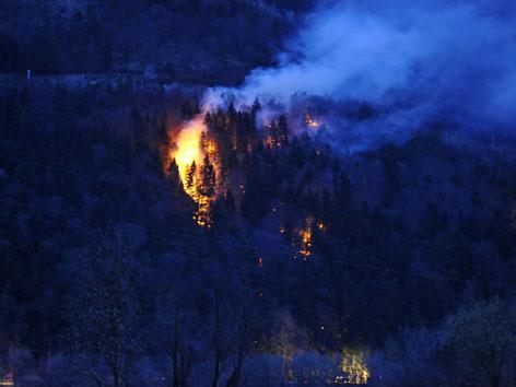 Lodernder Waldbrand bei Dunkelheit