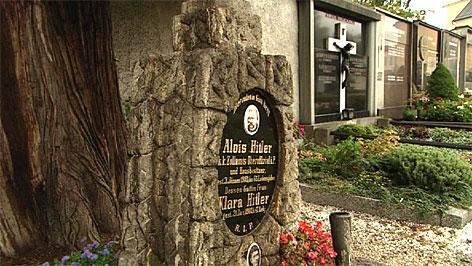 Das Grab von Htilers Eltern auf dem Friedhof von Leonding