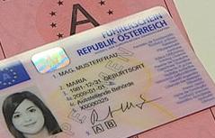 Neuer Führerschein im Kartenformat liegt auf altem Papierführerschein