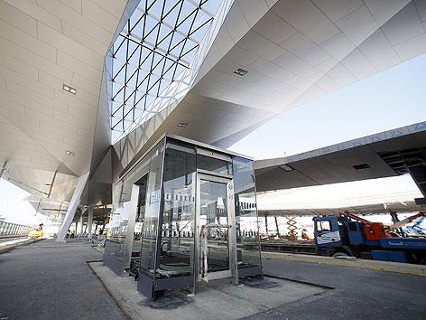 Blick auf die Dachkonstruktion über den Bahnsteigen des Hauptbahnhofes im April 2012