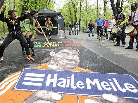 """Haile Gebrselassie mit Trommlern und Tänzer während der Eröffnung der nach ihm benannten """"Haile Meile"""" im Wiener Prater"""
