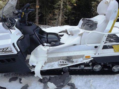 Der vom Bären beschädigte Skidoo