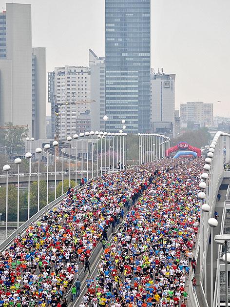 Teilnehmer des 29. Vienna City Marathons auf der Reichsbrücke