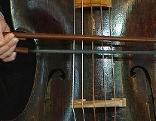 Florian Wieninger spielt den historischen Kontrabass