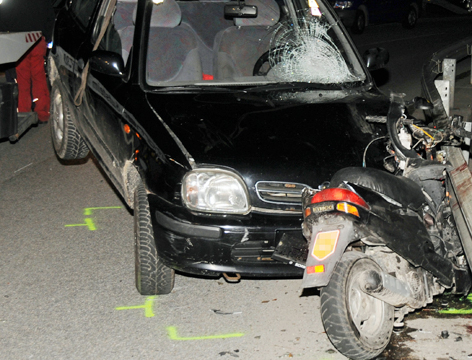 Moped von Auto auf Leitplanke gedrückt