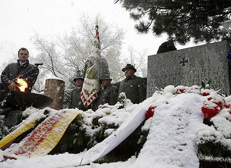 Ehrenbekundung fuer den vom NS-Regime hoch dekorierten Luftwaffenoffizier Walter Nowotny am Wiener Zentralfriedhof im Jahr 2007