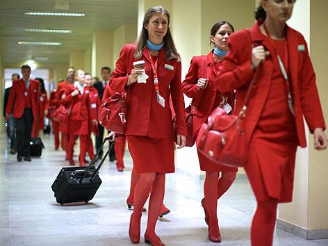 AUA-Mitarbeiter auf dem Weg zur Betriebsversammlung des AUA Bordpersonals am Flughafen Wien-Schwechat