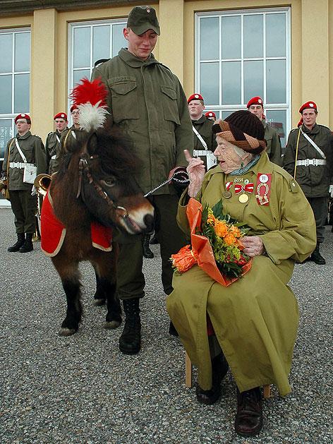 """Die """"Pony-Mutter"""" der Wiener Gardemusik Rosa Zatschkowitsch bei einer Ehrung"""