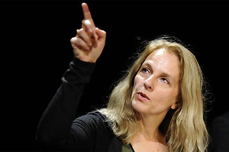 Bettina Hering zeigt nach oben