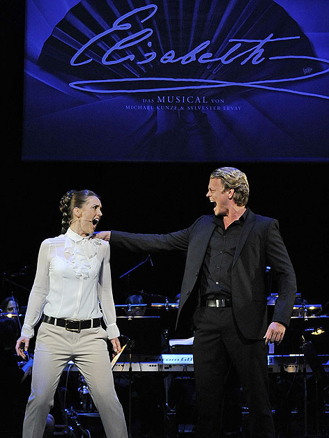 """Annemieke Van Dam als """"Elisabeth"""" und Mark Seibert als """"Tod"""" im Musical """"Elisabeth"""" im Raimund Theater"""
