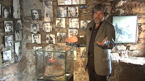 Reinhold Messner vor Bildern