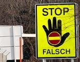 Geisterfahrer-Warnschild auf einer Autobahn
