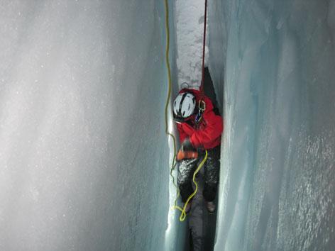 Arbeit mit Schremmhammer in Gletscherspalte