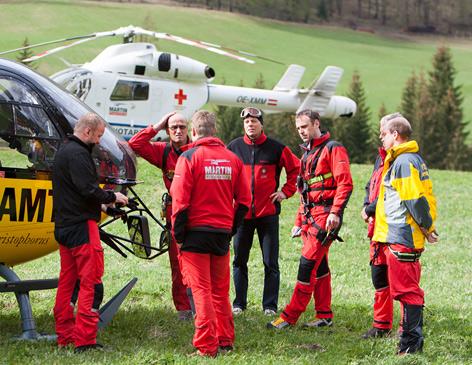 Die Crew von Notarzt Helikopter Martin 4 nach dem Unfall mit Bergrettern