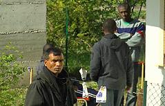 Flüchtlinge vor Flüchtlingsheim in Vintl