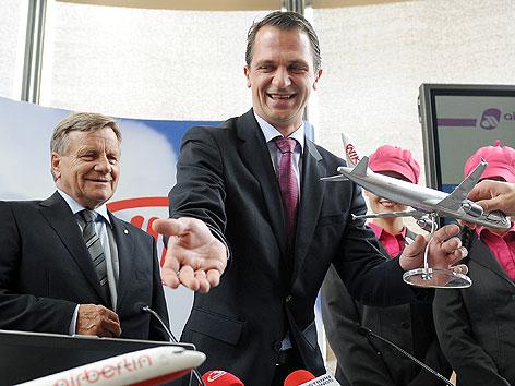 (v.l.) Air Berlin-Chef Hartmut Mehdorn und Niki-Geschäftsführer Christian Lesjak