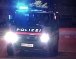 Blaulicht und Einsatzfahrzeuge in der Nacht (Rettung und Polizei)