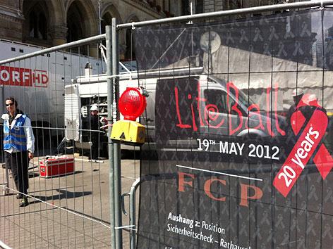 Aufbauarbeiten für die Life Ball-Bühne vor dem Rathaus am Donnerstag, 17. Mai 2012