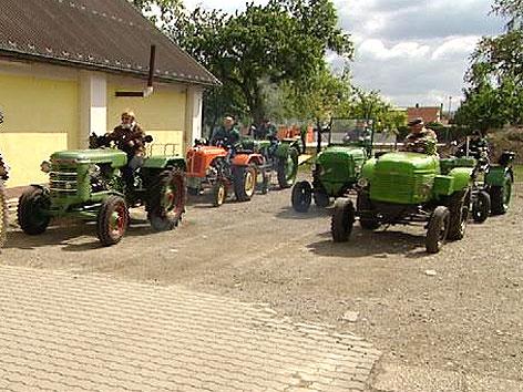 oldtimer traktoren auf gro er fahrt burgenland heute. Black Bedroom Furniture Sets. Home Design Ideas