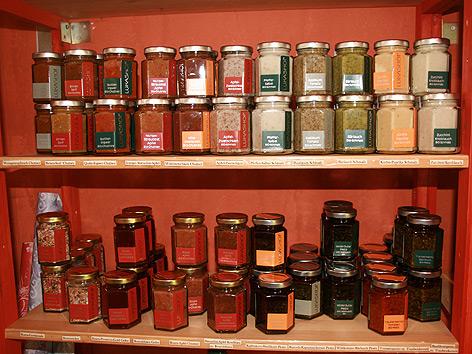 Auf dem Lukashof werden Chutneys, Marmeladen, Pesto, Senf, Knoblauch, Rosenzucker und vieles mehr hergestellt.