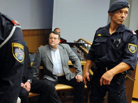Gottfried Küssel vor Beginn des Prozesses wegen nationalsozialistischer Wiederbetätigung